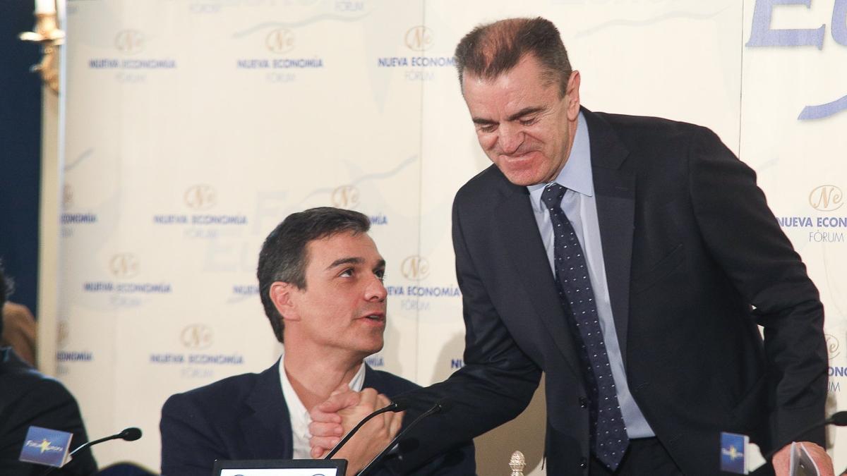 El presidente del Gobierno, Pedro Sánchez, con el dimitido secretario general del PSM, José Manuel Franco.